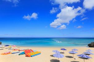 与論島 兼母海岸のサンセットビーチにジェットボートの写真素材 [FYI01795092]