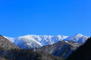 冠雪の北アルプスの山並みの写真素材 [FYI01795100]