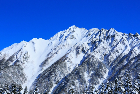 西穂高口駅屋上展望台から望む雪景色の北アルプスの写真素材 [FYI01795107]