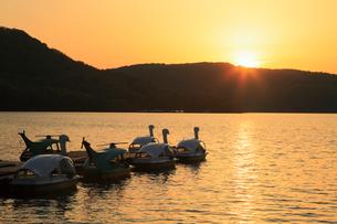 裏磐梯 夕日に染まる桧原湖の写真素材 [FYI01795111]