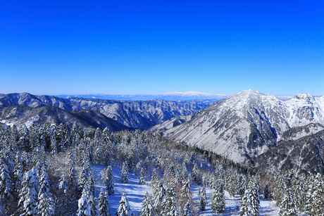 西穂高口駅屋上展望台から望む雪景色の北アルプスの写真素材 [FYI01795112]
