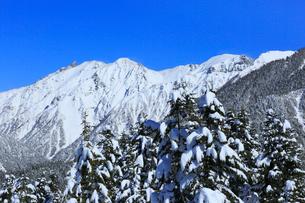 西穂高口駅屋上展望台から望む雪景色の北アルプスの写真素材 [FYI01795118]