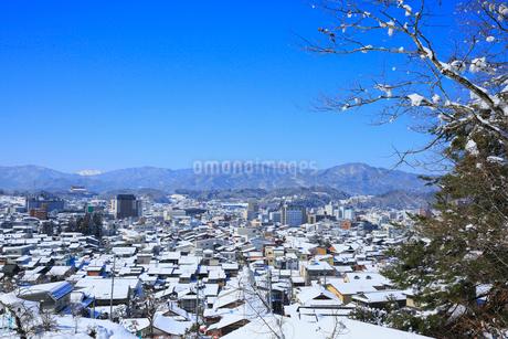 城山公園から望む雪化粧した飛騨高山の街並みの写真素材 [FYI01795125]