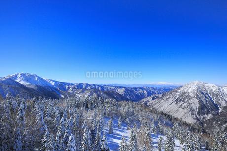 西穂高口駅屋上展望台から望む雪景色の北アルプスの写真素材 [FYI01795143]
