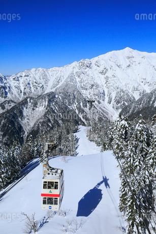 新穂高ロープウェイと雪景色の北アルプスの写真素材 [FYI01795156]