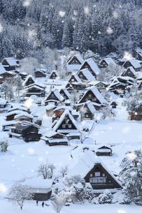 天守閣展望台から望む雪景色の白川郷の写真素材 [FYI01795170]