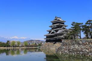 松本城と北アルプス連峰の写真素材 [FYI01795197]