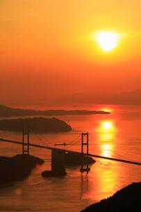大島・亀老山の展望台から望む来島海峡と来島海峡大橋の夕景の写真素材 [FYI01795213]