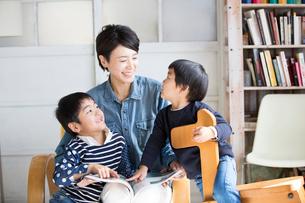 リビングでくつろぐ母親と男の子たちの写真素材 [FYI01795215]