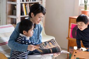本を見ている母親と男の子たちの写真素材 [FYI01795224]