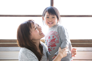 笑顔で娘を見つめる母親の写真素材 [FYI01795226]