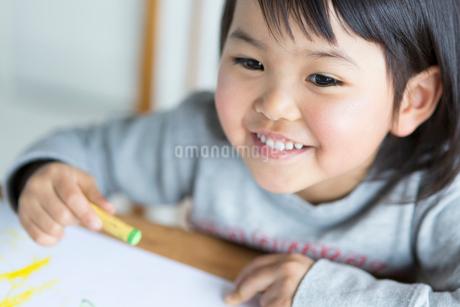 お絵描きをする女の子の写真素材 [FYI01795265]