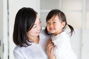 子どもを抱く母親の写真素材 [FYI01795288]