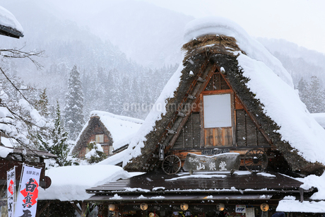 雪景色の白川郷の写真素材 [FYI01795295]