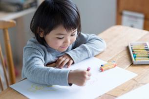 お絵描きをする女の子の写真素材 [FYI01795372]