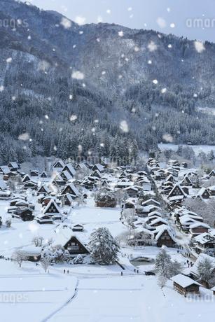 天守閣展望台から望む雪景色の白川郷の写真素材 [FYI01795393]