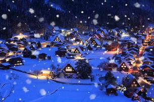 荻町城跡展望台から望む雪景色の白川郷の夜景の写真素材 [FYI01795399]