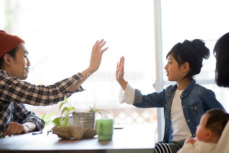 ダイニングテーブルでくつろぐ家族の写真素材 [FYI01795406]