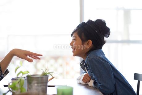 ダイニングテーブルでくつろぐ家族の写真素材 [FYI01795412]
