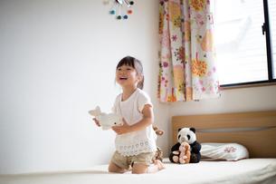 子供部屋で遊ぶ女の子の写真素材 [FYI01795439]