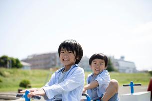 公園の遊具で遊ぶ兄弟の写真素材 [FYI01795441]