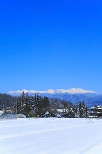 冠雪の北アルプスと里の景色の写真素材 [FYI01795458]