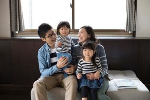 ソファーに座る家族の写真素材 [FYI01795467]
