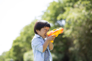 水鉄砲を持つ男の子の写真素材 [FYI01795493]