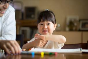 お絵描きをする女の子と父親の写真素材 [FYI01795502]