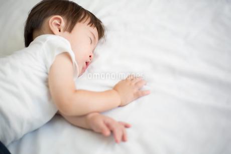 昼寝をする赤ちゃんの写真素材 [FYI01795503]