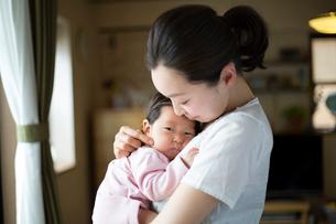 赤ちゃんを抱く母親の写真素材 [FYI01795507]