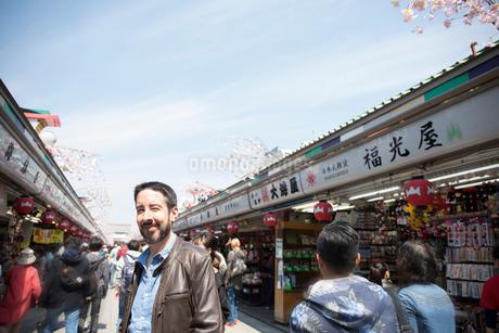 浅草を歩く外国人観光客の写真素材 [FYI01795533]