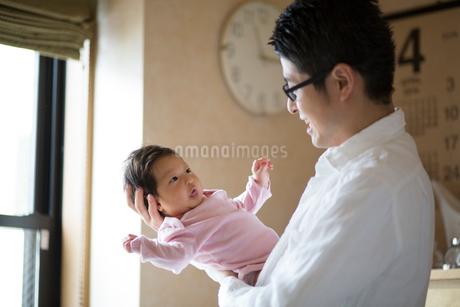 赤ちゃんを抱く父親の写真素材 [FYI01795551]