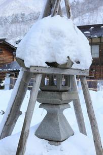 雪景色の白川郷 灯篭の写真素材 [FYI01795594]