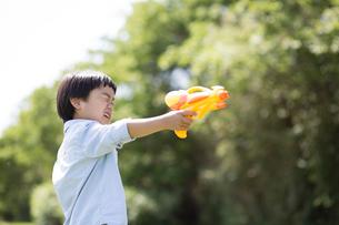 水鉄砲を持つ男の子の写真素材 [FYI01795605]