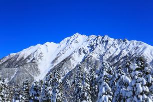 西穂高口駅屋上展望台から望む雪景色の北アルプスの写真素材 [FYI01795615]