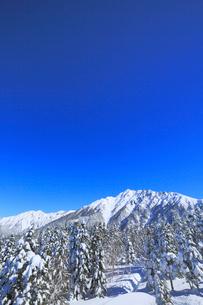 西穂高口駅屋上展望台から望む雪景色の北アルプスの写真素材 [FYI01795617]