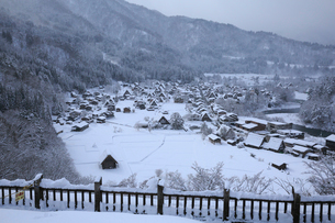 天守閣展望台から望む雪景色の白川郷の写真素材 [FYI01795630]