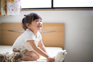 子供部屋で遊ぶ女の子の写真素材 [FYI01795659]