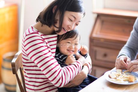 おやつを食べるファミリーの写真素材 [FYI01795691]