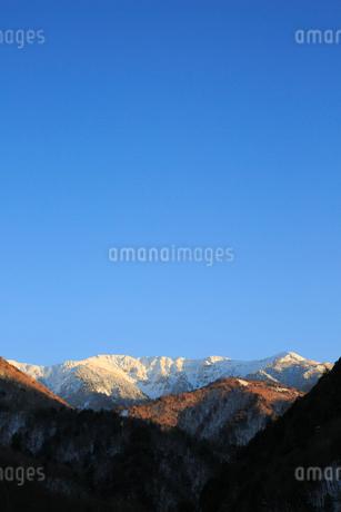 夕日に染まる冠雪の北アルプスの写真素材 [FYI01795693]