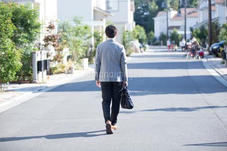 出勤する男性の後ろ姿の写真素材 [FYI01795696]