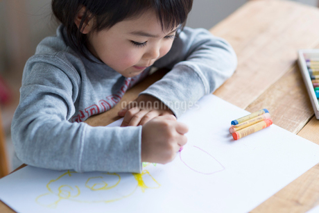 お絵描きをする女の子の写真素材 [FYI01795715]