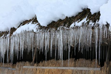 雪景色の白川郷  軒先のつららの写真素材 [FYI01795720]