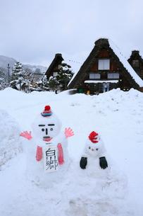 雪景色の白川郷 雪ダルマの写真素材 [FYI01795796]