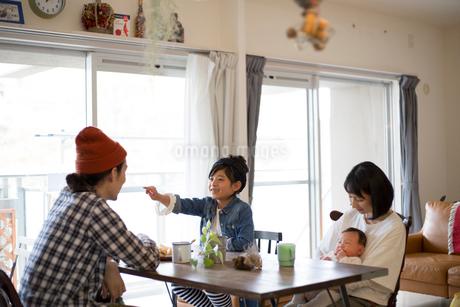 ダイニングテーブルでくつろぐ家族の写真素材 [FYI01795941]