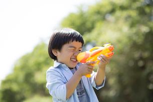 水鉄砲で狙いを定める男の子の写真素材 [FYI01795952]