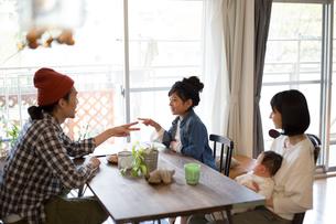 ダイニングテーブルでくつろぐ家族の写真素材 [FYI01795974]