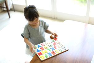 アルファベットのパズルをする女の子の写真素材 [FYI01795989]