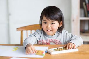 お絵描きをする女の子の写真素材 [FYI01795991]